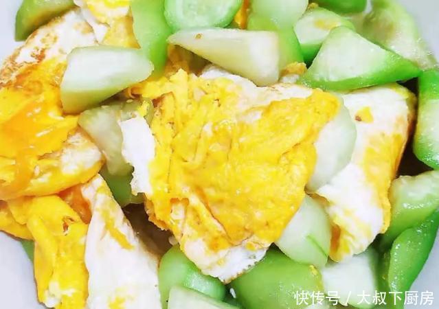 大叔家的夏日菜谱:丝瓜烧荷包蛋,香气扑鼻,鲜嫩味美,家人喜欢