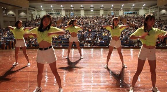 济南2千考研族上巨无霸大课 跳热舞缓解压力