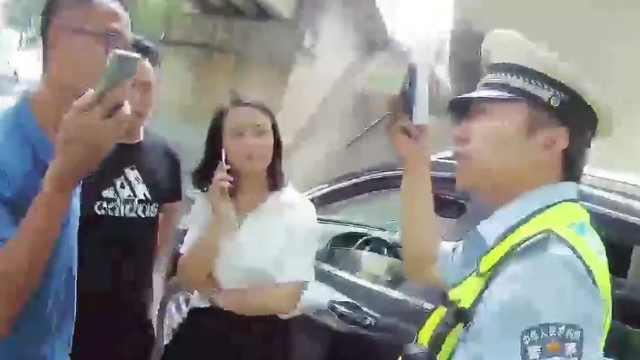 拘!交通违法女司机贿赂民警