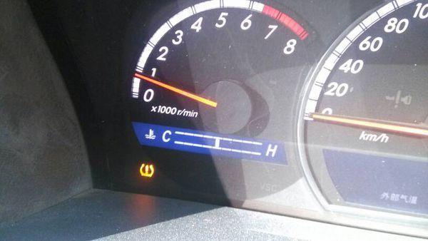 丰田皇冠车仪表盘左下角有一个黄色的感叹号标志亮了