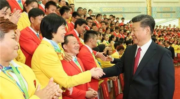习近平会见中国奥运代表团 郎平傅园慧亮相