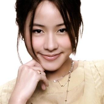 林嘉欣(Karena Lam),1978年8月17日出生于加拿大,中国香港演员、歌手。 1996年,发行首张音乐专辑《有点想》开始正式出道。1999年发行专辑《单恋物语》,随后因合约问题被迫叫停。2002年签约星皓公司,与许鞍华导演合作《男人四十》,获得香港电影金像奖和台湾电影金马奖最佳女配角和最佳新人。其后多次获金像奖、金马奖最佳女主角提名。2009年凭电影《亲密》阿佩一角夺得第3届韩国首尔忠武路电影展最佳女主角。2010年10月15日上映的《魔侠传之唐吉可德》是林嘉欣的息影之作。后与导演袁剑伟在加