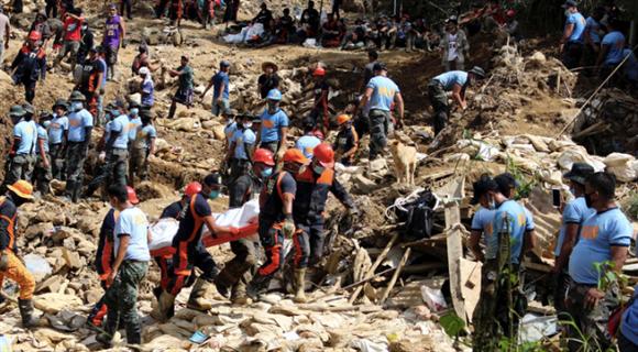 台风致菲律宾死亡人数增长 救援人员挖掘生还者