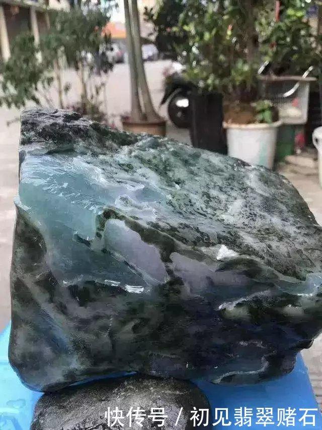 货主50万买下的原石,一刀切出玻璃种蓝水料,行家看了争着抢!