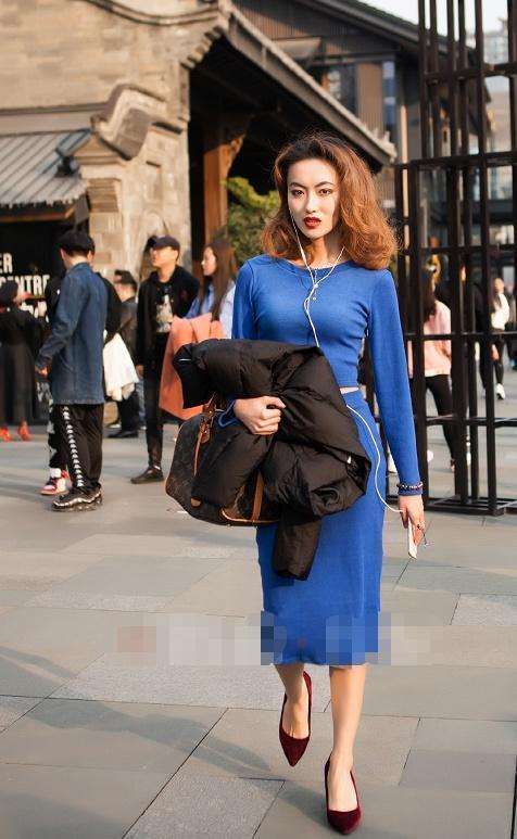 街拍:美女穿黄色格子吊带裙,显瘦又有气质,发型更显脸小!插图(2)