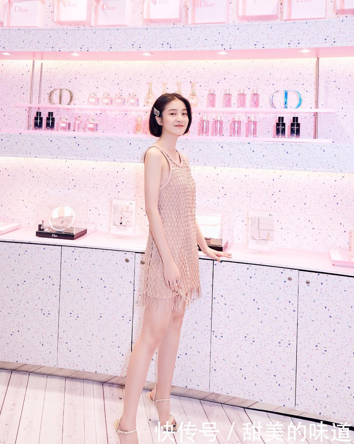 张雪迎吊带渔网裙穿成18岁少女,配10厘米的细高跟,美腿满分