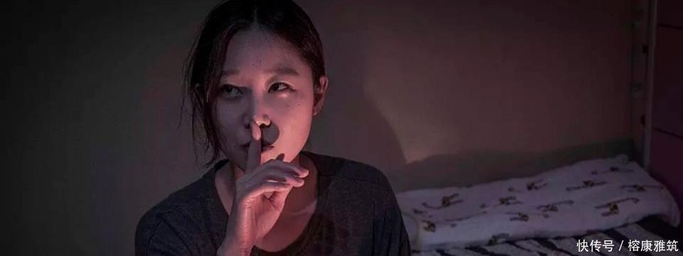 小心女生独居!韩国惊悚电影《素材》,孔孝真自叫床门锁女生图片