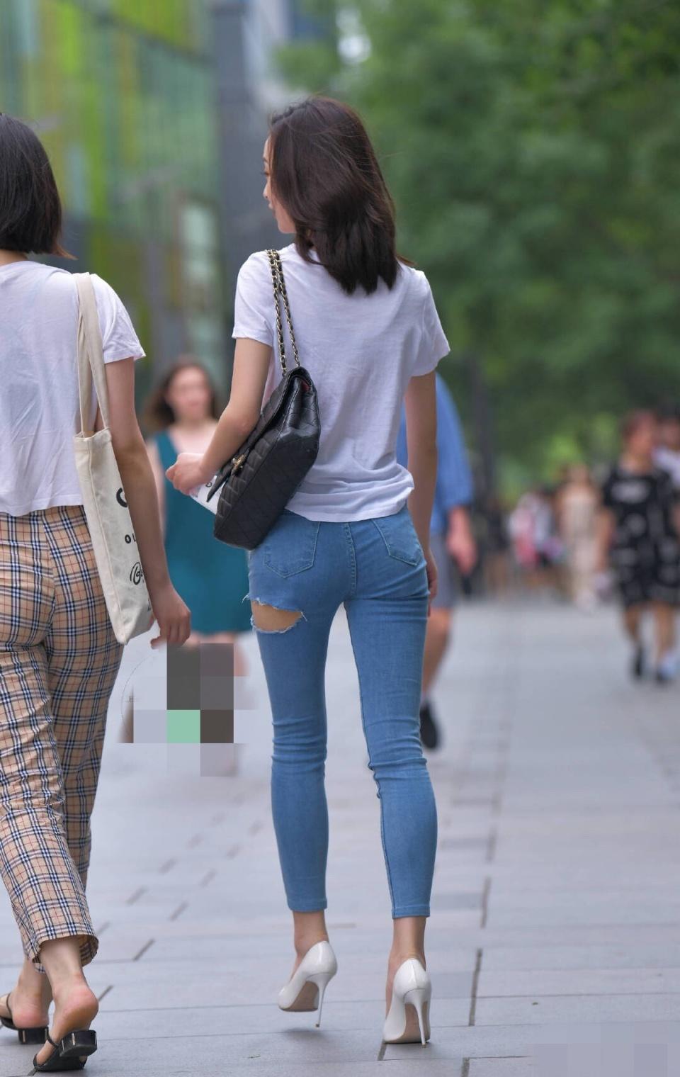 街拍:小紧身姐姐牛仔裤开个酒店,是为了还情散热趣保定有点的哪缝隙图片