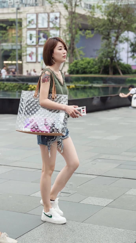 路人街拍:清凉夏日穿淡色会让人看上去更加舒适