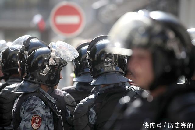 特维尔大街充满惊喜在非法集会上受伤的特警军士须入院治疗10天