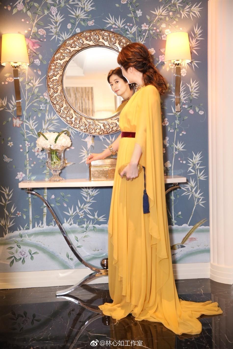 林心如穿金黄长裙甜笑 高贵典雅气场全开图片