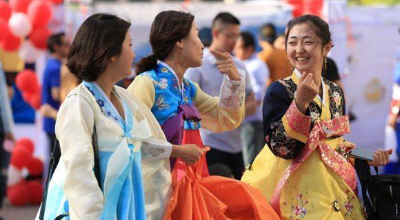 中国大学里的朝鲜留学生 传统服饰吸睛