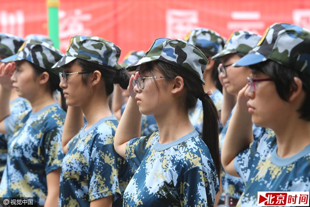 """济南""""眼镜军团""""参加军训 大学生入校第一课"""