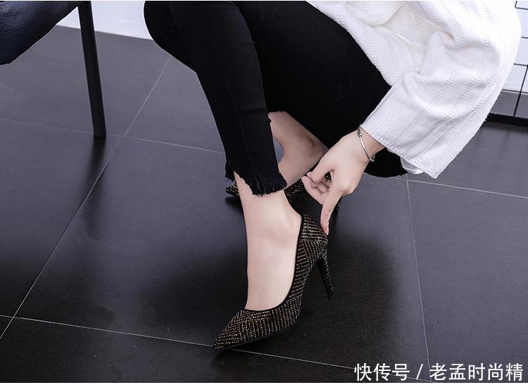 金色珠子和黑色珠子相间隔合的性感鞋面高跟鞋