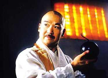 少年时拜师学艺,外号混元霹雳手,名震江湖.