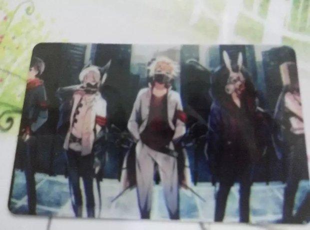 男主白头发戴黑口罩(平常不戴)蓝眼身后背着四把刺剑