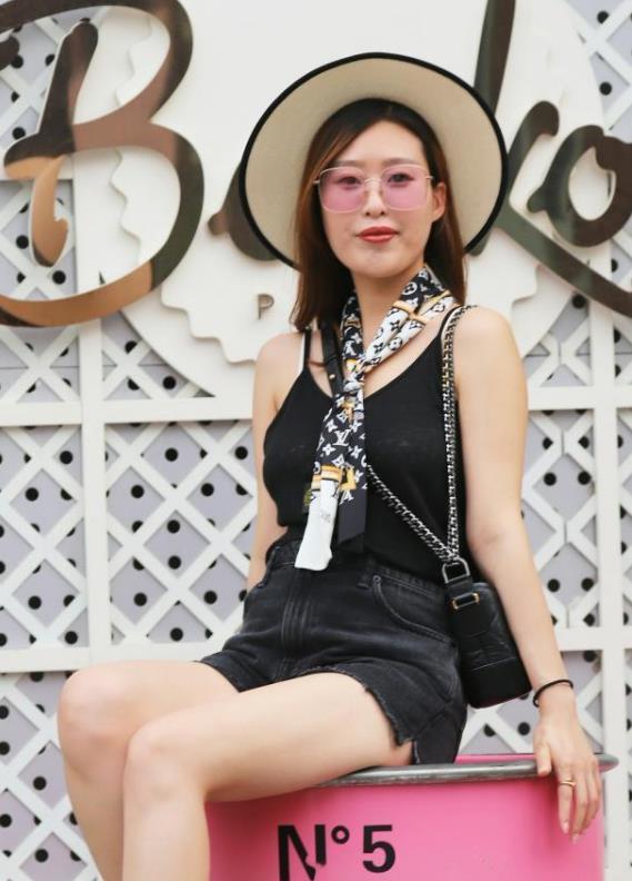 街拍:香草美人的小姐姐,一件蓝色上衣配黑色短裙,时尚靓丽迷人插图(3)