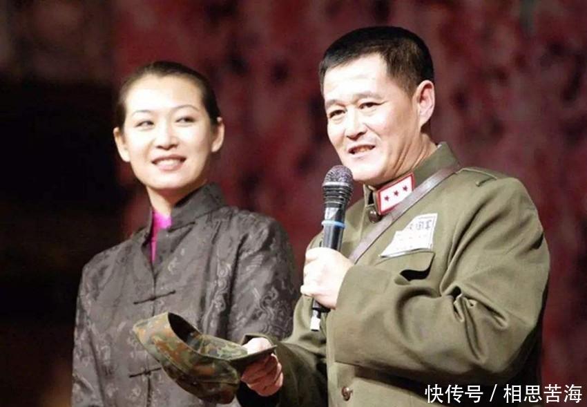 赵本山54岁妻子近照曝光,打扮素雅气质端庄,力挺女儿罕见亮相