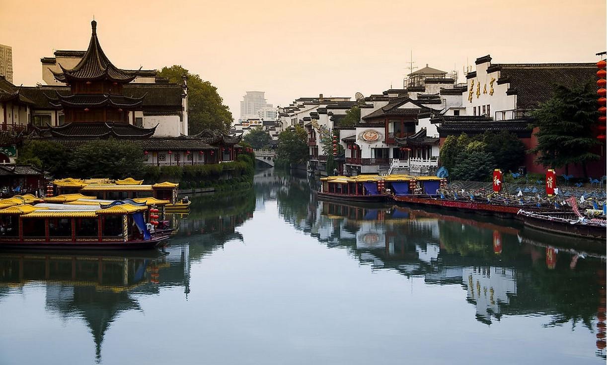 流经南京,秦淮水系发源地为句容赤山湖,是南京名胜之一.
