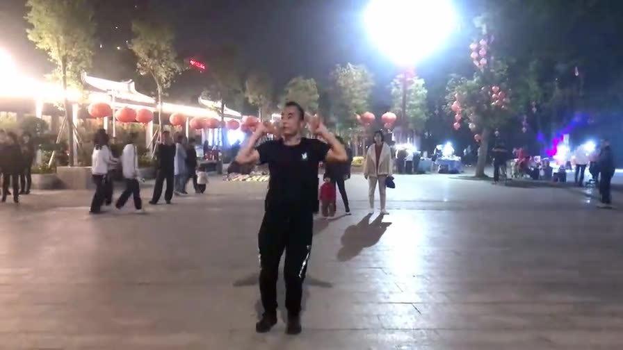 每次看阳光兄跳舞就想笑,男人骚起来真没女人什么事