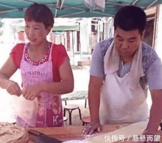 """<b>王宝强身价上亿,""""亲哥哥""""却在村头卖葱油饼?哥哥的回答太扎心了</b>"""