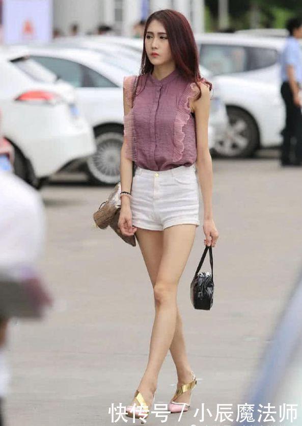 """街拍:穿白色""""心形裤""""的小姐姐,麻杆腿不能再细了!"""