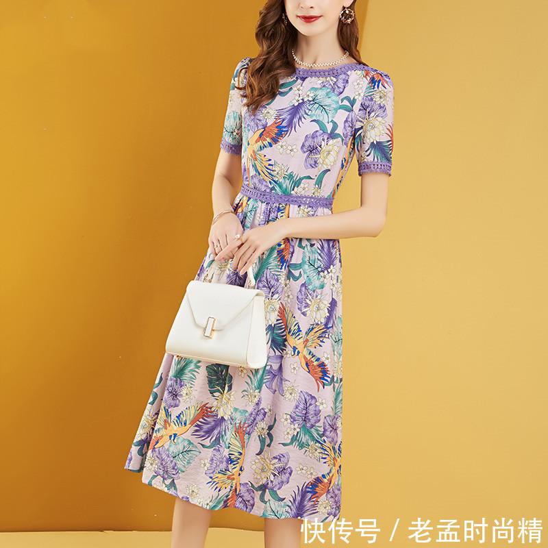 普通裙子过时了, 今年流行这种碎花连衣裙, 满大街都是