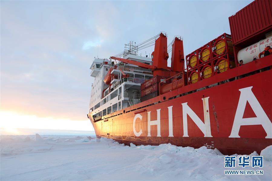 """""""雪龙""""号到达南极中山站冰上卸货地点"""