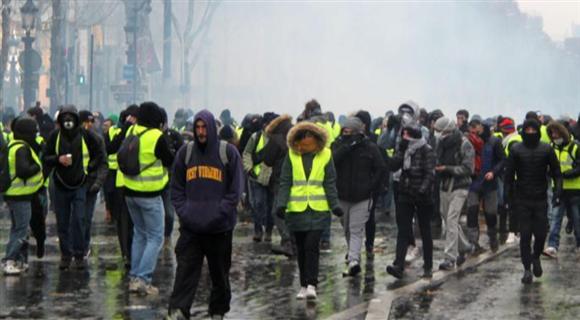 法国警方在香榭丽舍大街向示威者施放催泪瓦斯