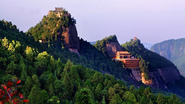 大香山又名叫三石山,位于铜川市耀州区西北45公里处,平均海拔1414.3米,最高峰为西峰,海拔1430.6米。香山及其周围,森林覆盖率85%以上,是天然植被保存完整的典型次生林区,生物种类繁多。山势东西走向,主峰分东峰、中峰、西峰依次排列,酷似一个巨大的笔架,又象一个巨大的香炉,远望之,东峰、中峰、西峰尤如三根顶天香柱插入炉中。山之周围,万顷林海、青翠欲滴,崇山峻岭、云雾缭绕,山中泉、溪、瀑、潭、湖、河等水景形态多样,有山泉近百处、小溪近50多条,山水相依,秀丽异常。更有多处天然溶洞,小者数百平方米,钟