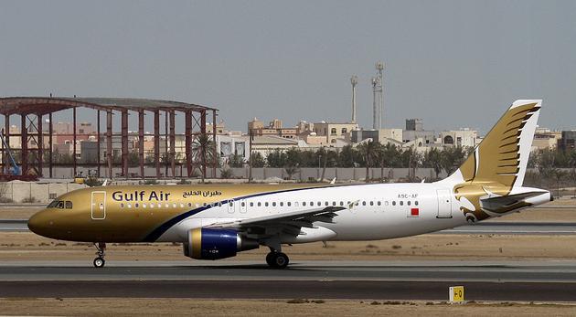 巴林国际机场(Bahrain International Airport)坐落于巴林最北端的岛屿穆哈拉格上,位于东北部的首都麦纳麦约7公里(4.3英里)。这是海湾航空的主要枢纽,是也是现已解散的巴林空运的枢纽。 在2006年推出的第三季度扩建和翻新计划(约合300万美元)将建造新的多层停车场及零售综合大楼相邻的主航站楼。扩建还包括一个完整的重铺路面的主跑道,一个新的外围栅栏,国家的最先进的安全系统和额外的停机位。主要是用来作为滑行道跑道。机场主要服务于飞往达沙特机场的乘客与在沙特阿拉伯东部省工作的外国人。