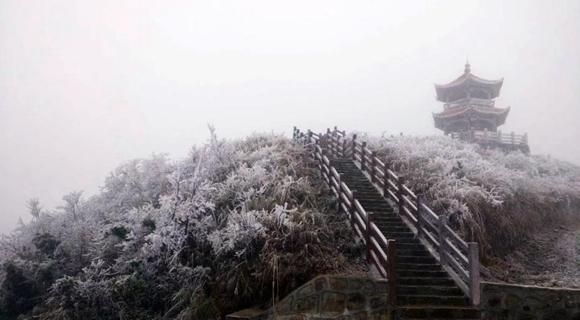 广西环江万亩草甸现雾凇 游客体验冰雪奇缘