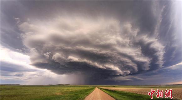 摄影师拍风暴前夕 景象壮美震撼
