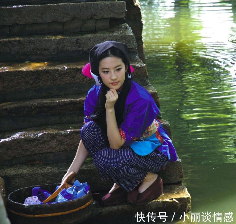 十年前刘亦非的照片,穿着民族服河边洗衣服,真的好美