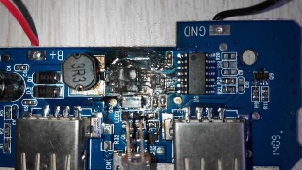 这移动电源电路板上的什么东西烧坏了?