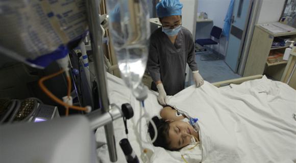 10岁女孩用牙开瓶盖 被强气压冲破食管