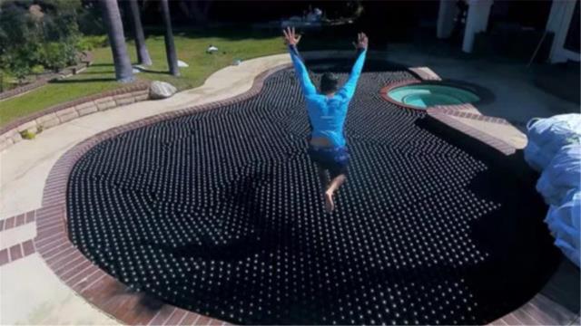 遮阳球的浮力有多大?把10000颗小球倒入泳池,有趣的现象发生了