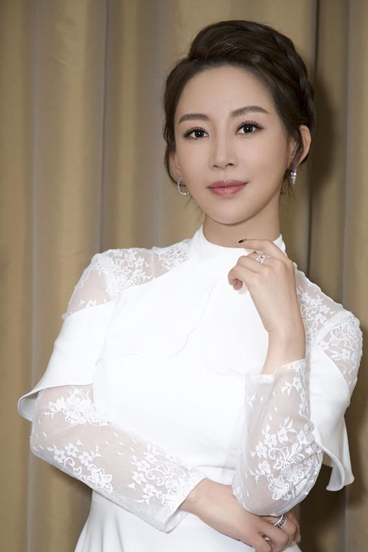 潘晓婷高清美图白色镂空长裙高贵又优雅