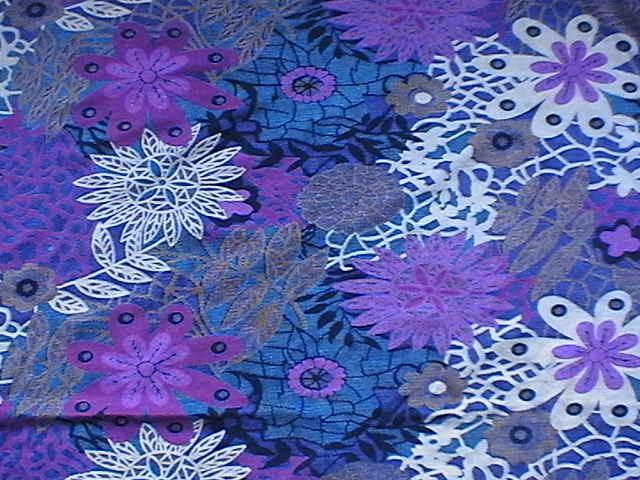 用刻有凹形花纹的铜制滚筒在织物上印花的工艺方法,又称铜辊印花