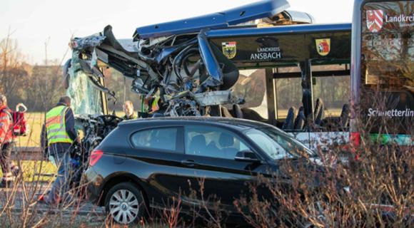 德国两校车迎面相撞 约40人受伤5人伤势严重
