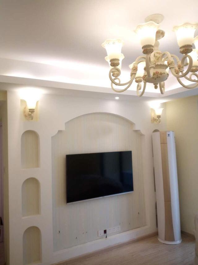 电视墙的装修效果,拱门型的造型,搭配壁灯和吊顶,欧式的风格就出来了.