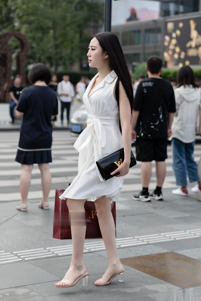"""路人街拍:小姐姐穿""""系腰裙""""不仅很时髦,还特显气质"""