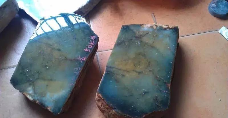 男子买下50公斤翡翠原石,切开引来众人围观,能否再创佳话?