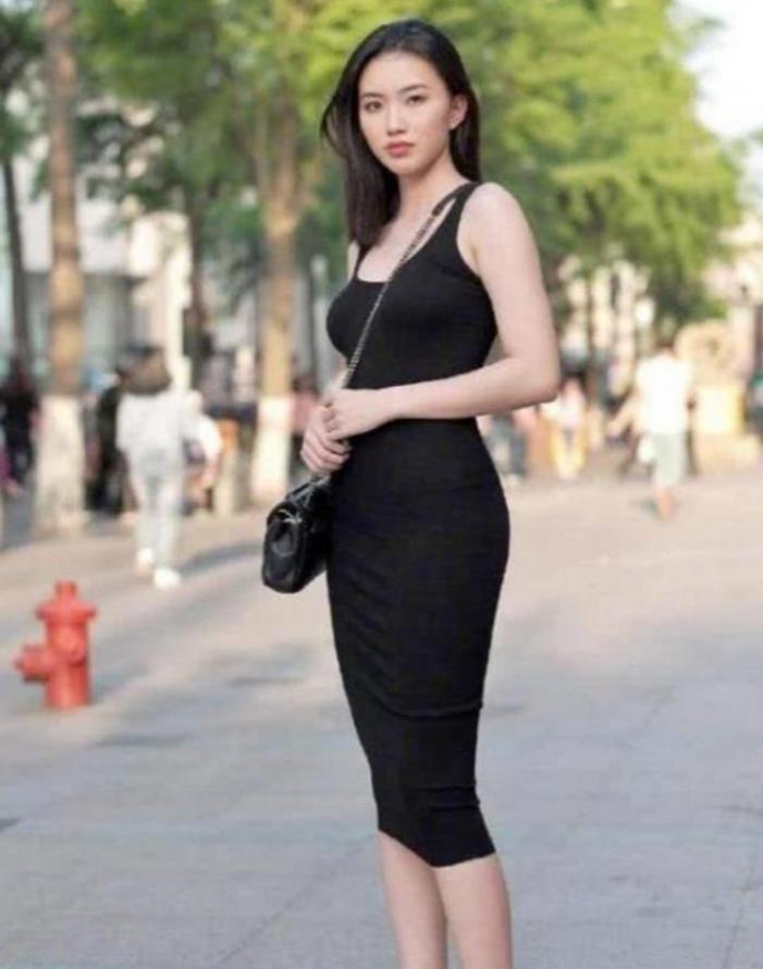 路人街拍:清新甜美的时尚小姐姐,看起来很有淑女的气质