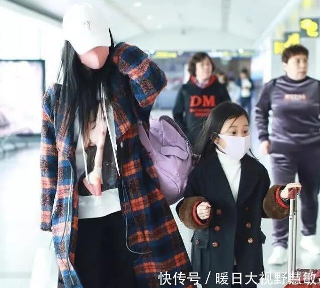 李小璐带甜馨游三亚被路人偶遇,母女俩身高和肤色皆与印象中不符