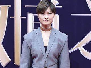 李宇春西装短裙黑丝袜这种女人标配为啥被网友调侃满屏违和感?