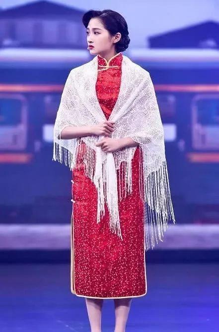 难怪关晓彤不穿旗袍,看完她穿着上节目,网友:惊艳