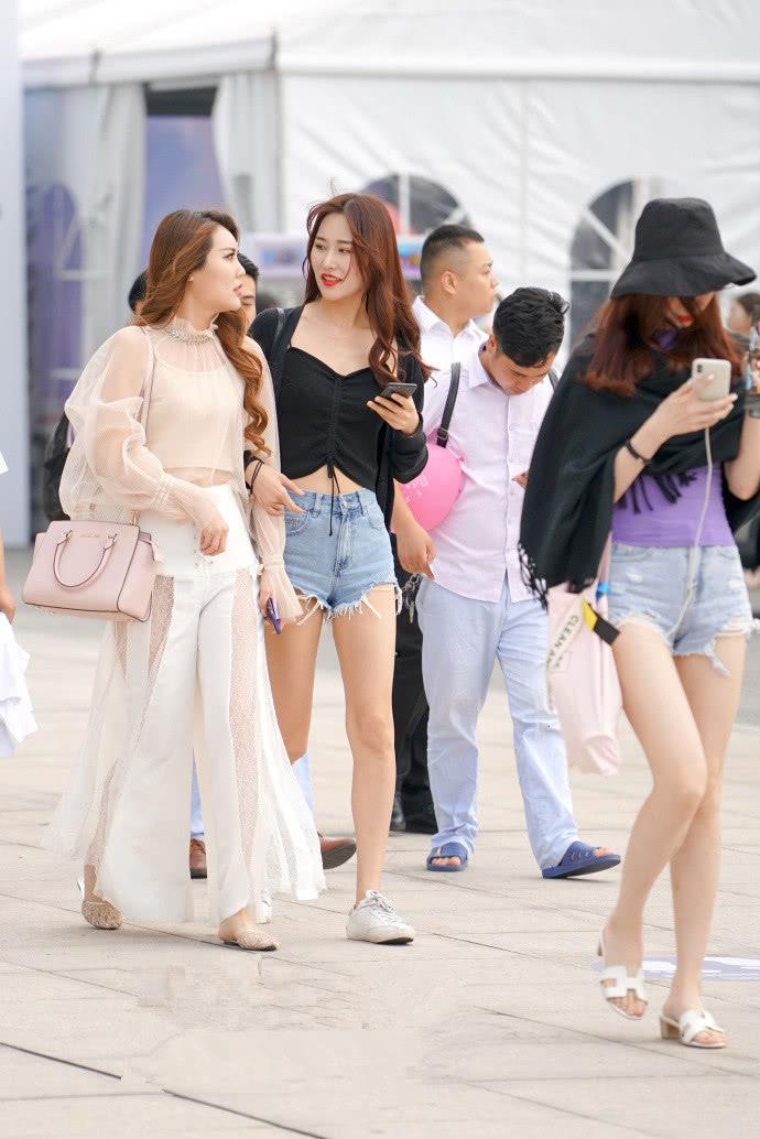 """路人街拍:小姐姐们的""""精致""""穿搭,整体造型带有高气场的浪漫!"""