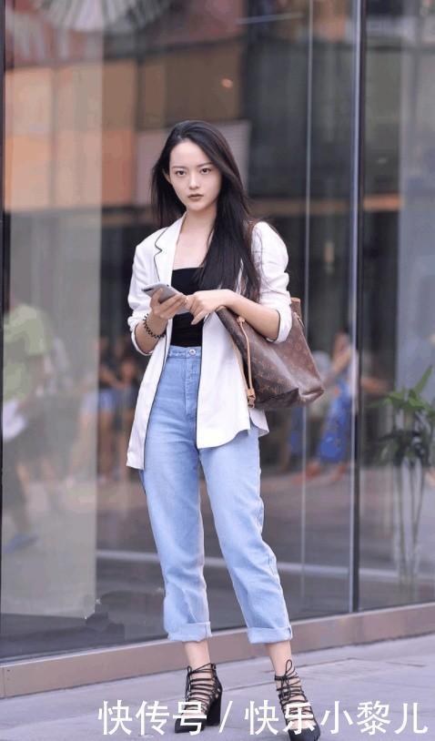 街拍:美女牛仔裤展现时尚活力的气息,简约清爽又落落大方的感觉