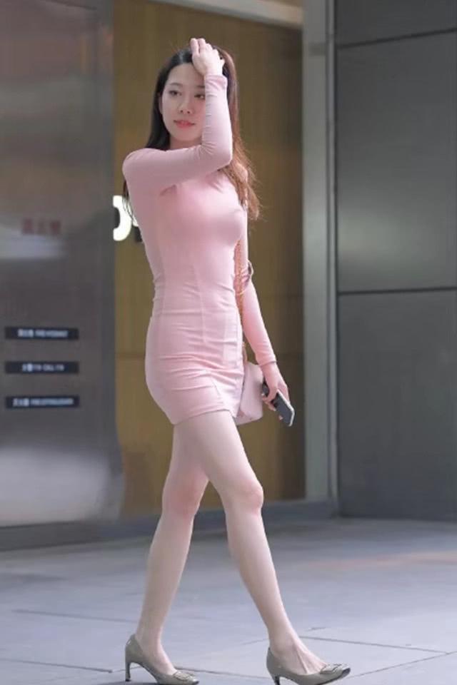 """粉裙小姐姐的出门装,时尚优雅有魅力,网友:这""""该死""""的魅力!"""